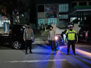Amankan Pelaksanaan Sholat Tarawih, Personil Polsek Enrekang Lakukan Pengamanan di Masjid