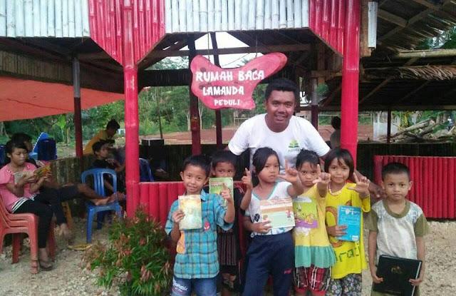 Radhy S Asmar bersama anak-anak di depan Rumah Baca Lamanda Peduli