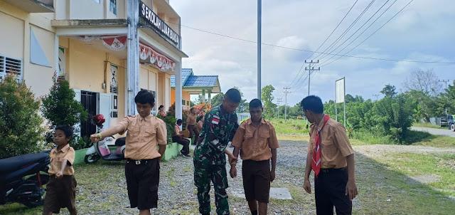 Prajurit Kostrad Ajarkan Anak-Anak Disabilitas Menjadi Pengibar Bendera