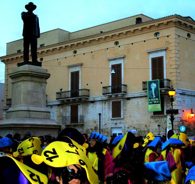 carnevale 2018, maschere, carnevale a Corato, orologi, statua, palazzo