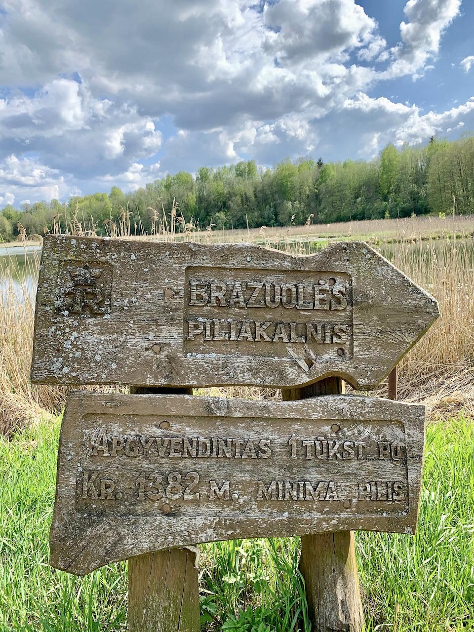 Bražuolės piliakalnio informacinė lenta