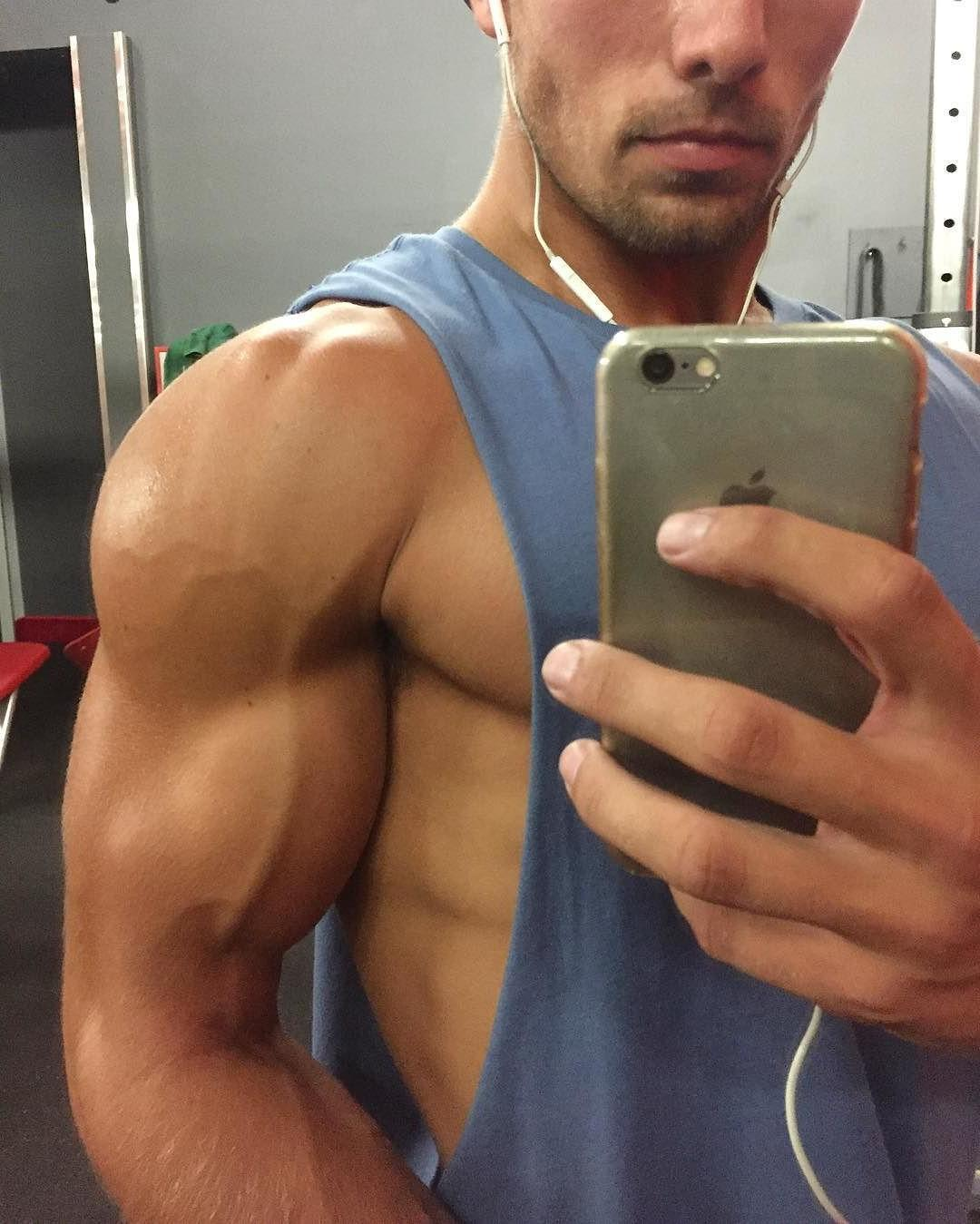 straight-baited-guys-selfies-hot-muscular-american-hunk-big-veiny-biceps-selfie