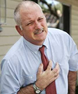 Foto de un hombre con dolor en el pecho por arritmia
