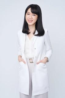 女醫師穿白袍內搭淺米黃色V領上衣更顯瘦修長