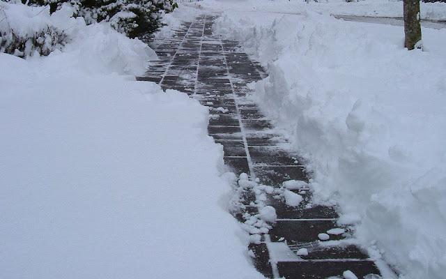 Pad door een dikke laag sneeuw