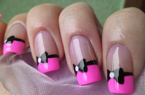 Uñas decoradas con un moño y color rosa