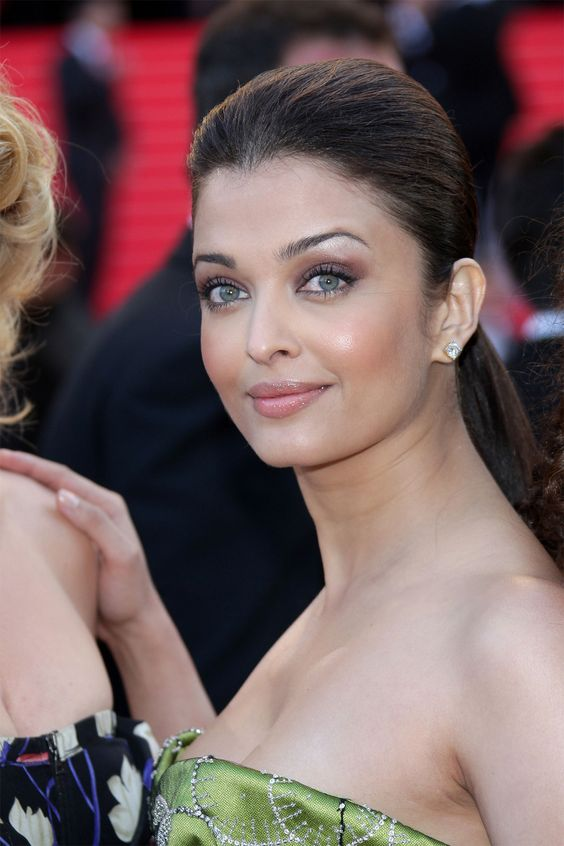 aishwarya rai cleavage pics in cannes 01