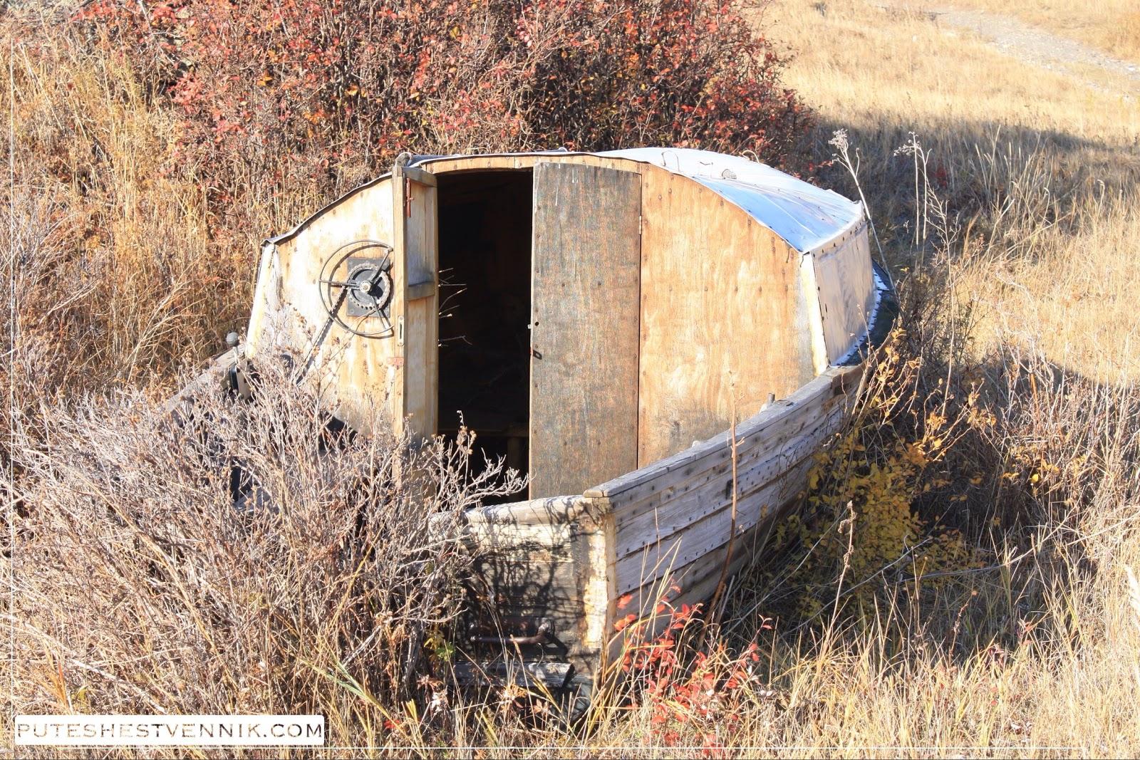 Лодка в осенних кустах