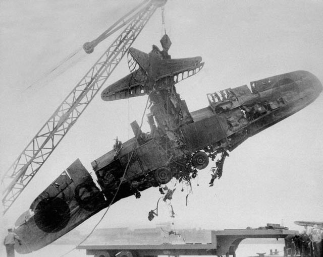 Wrecked Japanese plane pulled from Pearl Harbor worldwartwo.filminspector.com