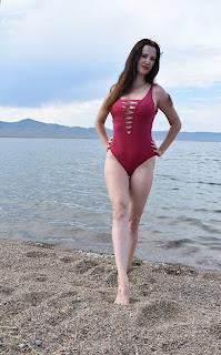Девушка в красном купальнике на Байкале