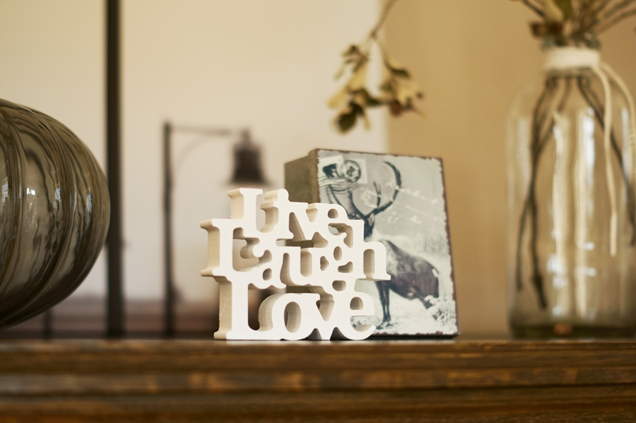 Blog + Fotografie by it's me! - Mein Shelfie Februar - Live, Laugh, Love