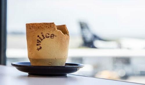 BISA DIMAKAN : Setiap cangkir Twiice memiliki bentuk dan ukuran yang sedikit berbeda karena konstruksinya yang unik dan bisa dimakan. Courtesy Air Selandia Baru