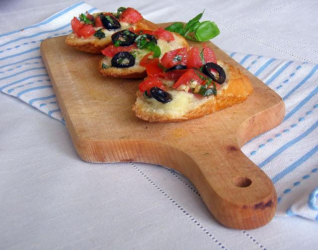 bruschetta Bruschetta z mozzarellą i oliwkami