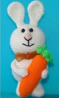 Зайчик амигуруми с морковкой крючком