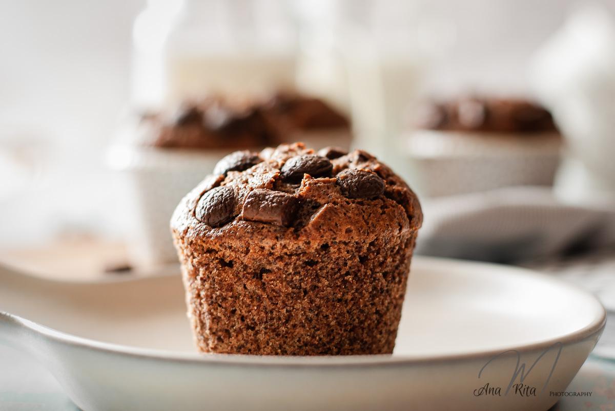Muffin de cacau com pepitas e recheado de creme de cacau