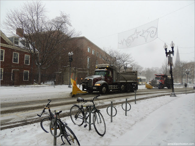 Quitanieves por Massachusetts Ave. en la Zona de Harvard Square, Cambridge durante la Tormenta Greyson