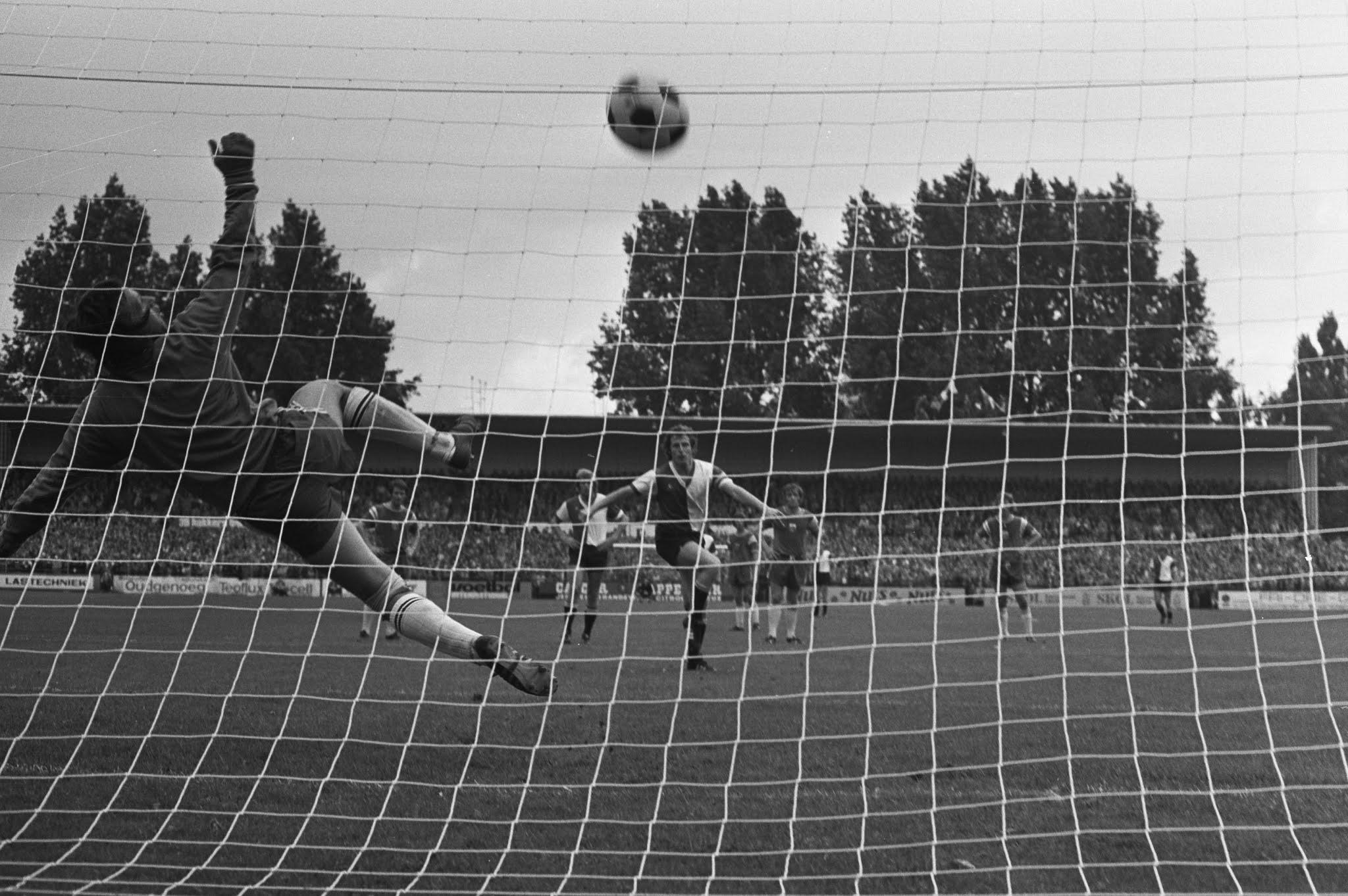Jan Nordström is kansloos op een penalty van Dick Schneider