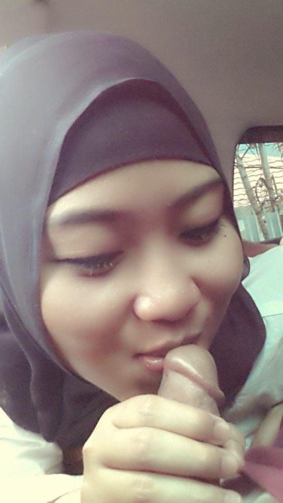 Jilbab di mobil pacar