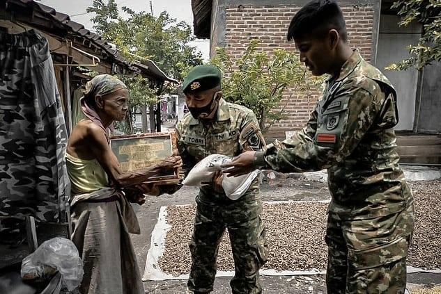 Prajurit Yonkav 8 Divif 2 Kostrad Serahkan Bantuan Ke Dhuafa di Beji Pasuruan