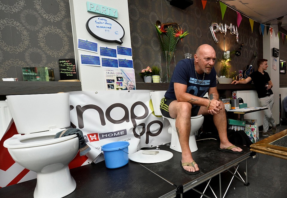 Belgian man sits on toilet for 5 days in a bid to set a world record