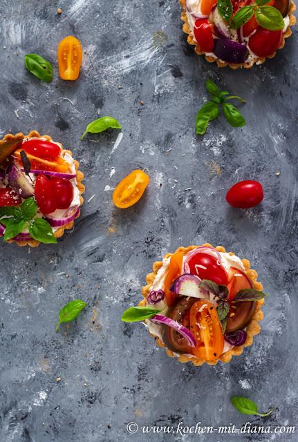 Tartlettes mit Frischkäse und Tomaten