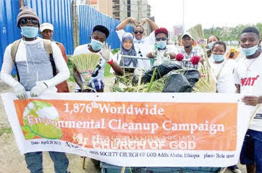 Nettoyage dans la rue Bole à Addis-Abeba, Ethiopie