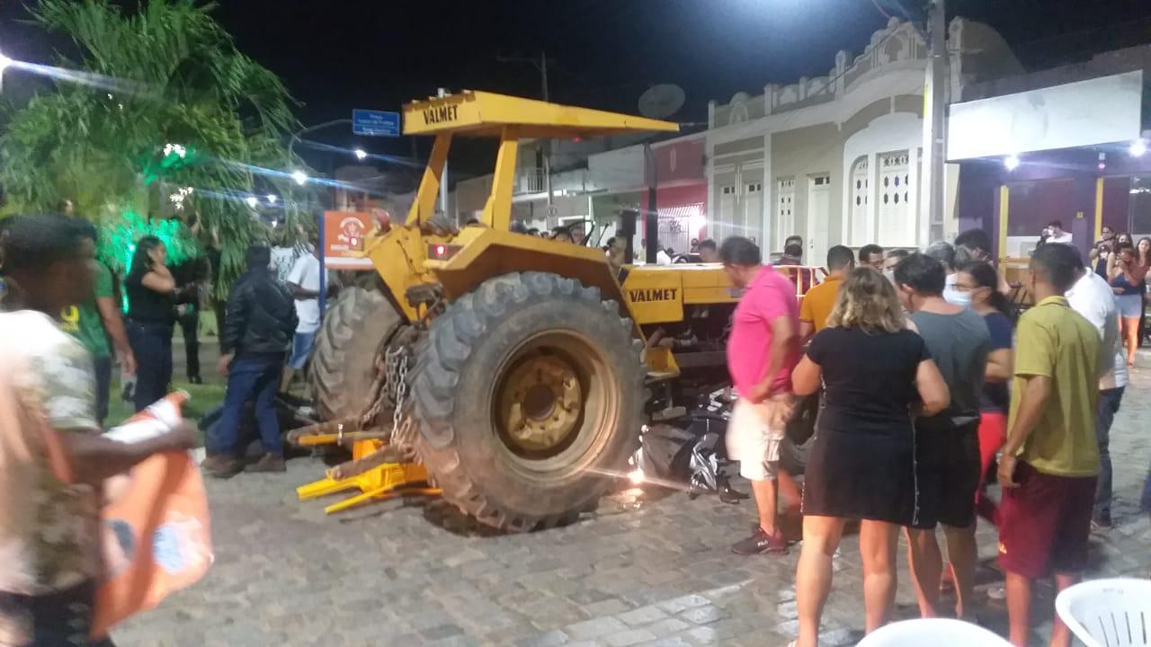 Miguel Calmon; condutor perde controle da direção de trator e atropela motociclistas na praça Lauro de Freitas