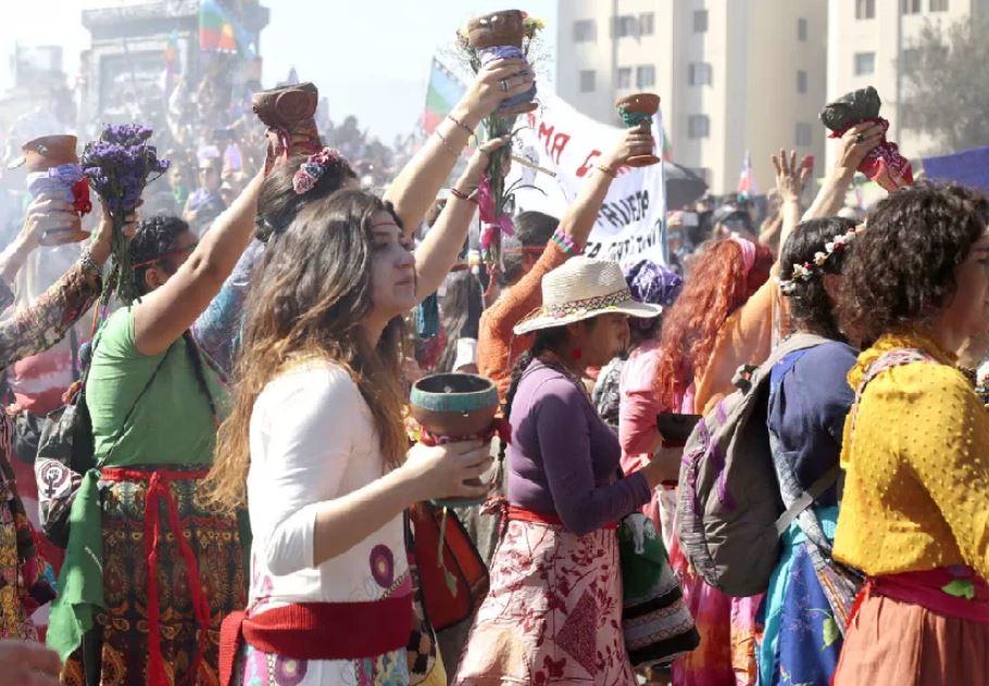 Mujeres hicieron un sahumerio en la marcha