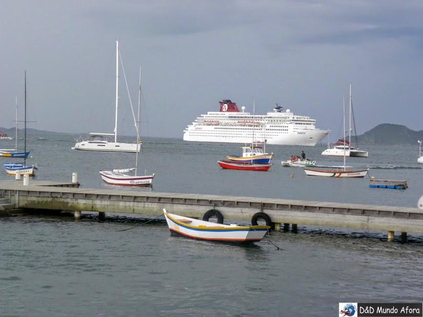 Navio parado em Búzios - Cruzeiros marítimos: tudo sobre viagem de navio
