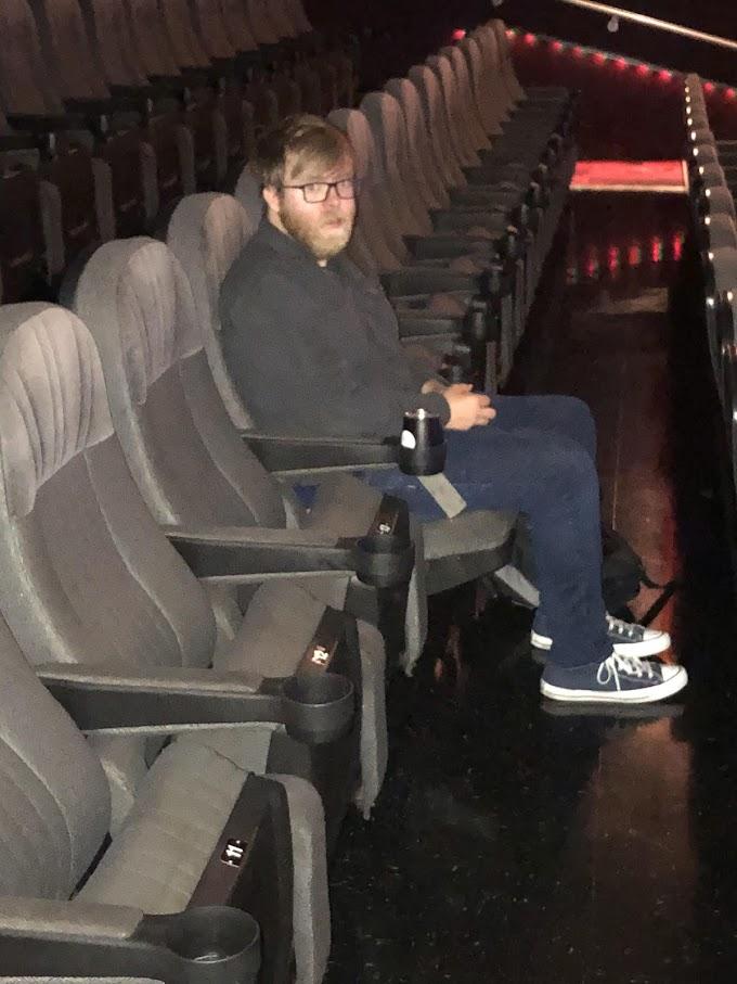 映画館に出かけたら、自分のほかに観客は、この人しかいなかったので、パンデミックの思い出に…と、他人にカメラを向けてしまった人が写した写真📸😅