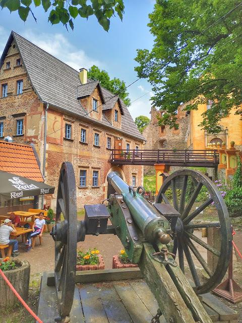 widok na karczmę Zamek Grodno, co zobaczyć, jak zwiedzać