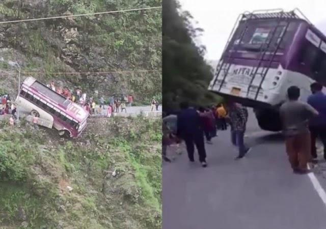 हिमाचल प्रदेश में बस चट्टान से लटकी, बहादुर चालक ने सभी यात्रियों की बचाई जान।