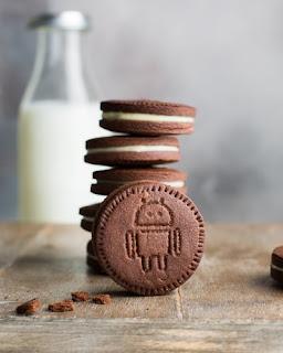 Biscuiți (cu sigla Android) și lapte - foto de  Anna Tukhfatullina - unsplash.com