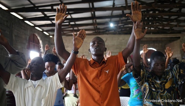 Cristianos adorando en iglesia en Etiopía