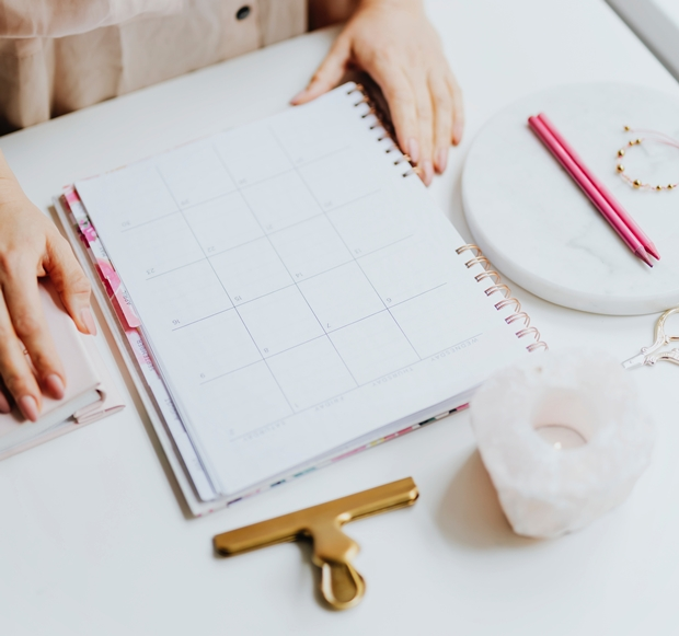 Home office; planejamento; agenda e prancheta sobre a mesa