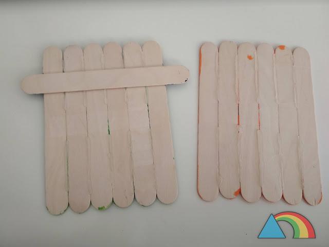 Palitos de helado unidos con silicona caliente y cinta adhesiva