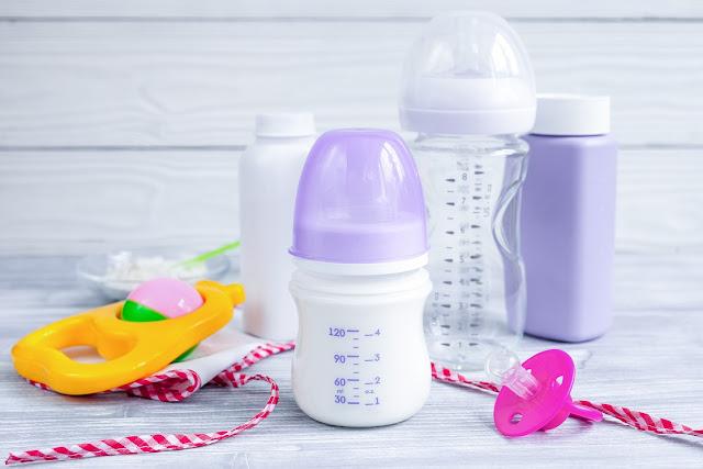 mencuci alat makan bayi