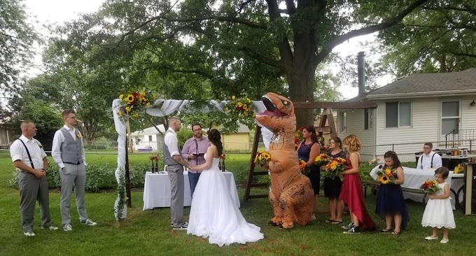 La historia de la dama de honor que se presentó en la boda de su hermana vestida de Rex Hinchable.
