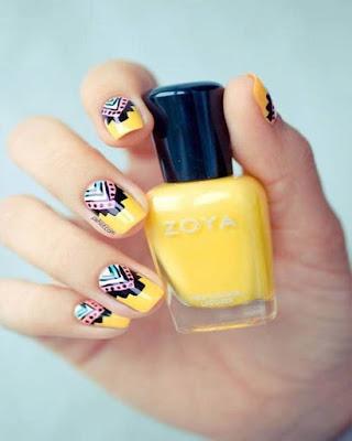 diseño de uñas amarillas con mandalas