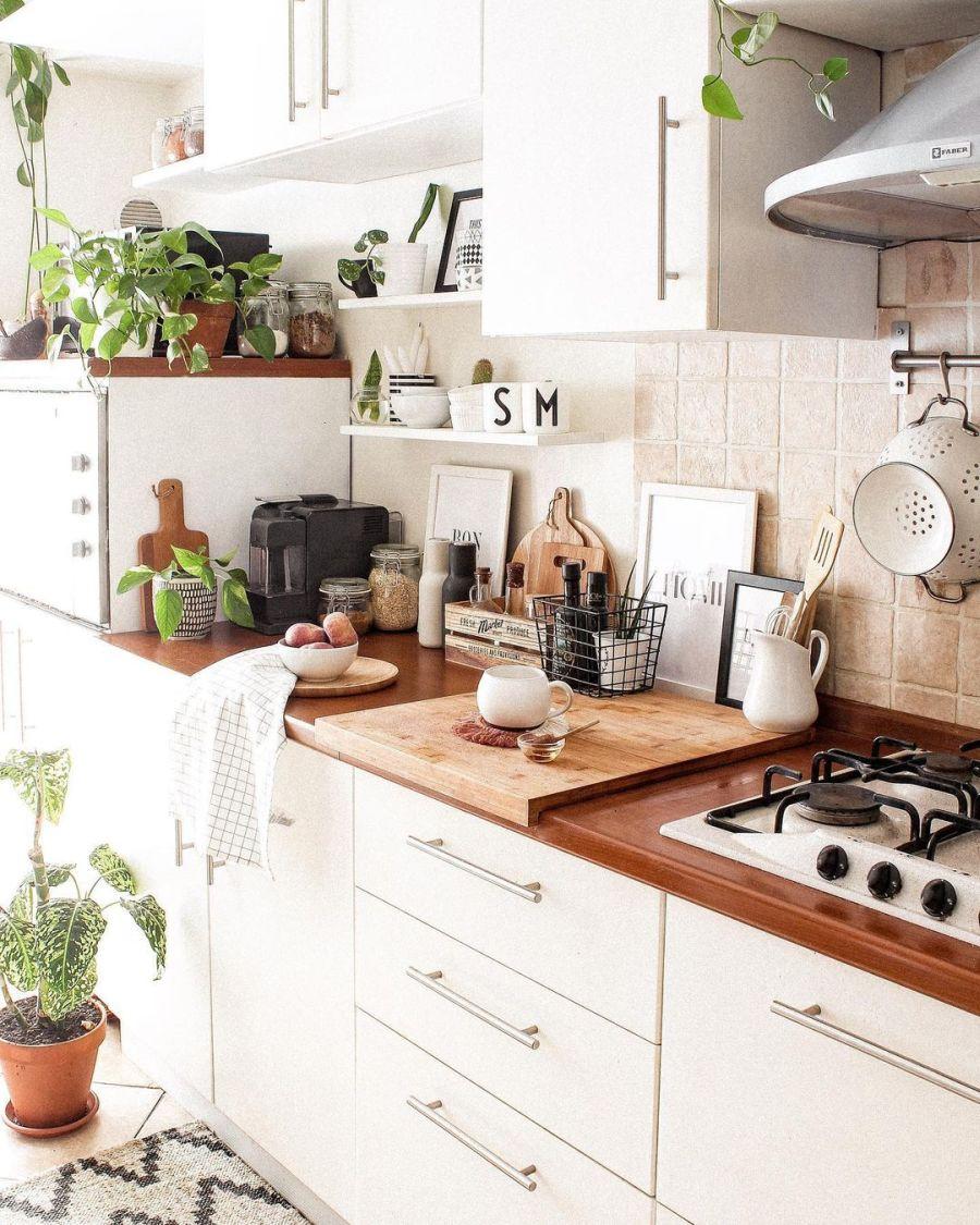 Biel, boho i styl skandynawski, wystrój wnętrz, wnętrza, urządzanie domu, dekoracje wnętrz, aranżacja wnętrz, inspiracje wnętrz, interior design, dom i wnętrze, aranżacja mieszkania, modne wnętrza, home decor, boho, styl skandynawski, scandinavian style, białe wnętrza, kuchnia, kitchen, białe meble kuchenne, meble do kuchni, zabudowa kuchenna