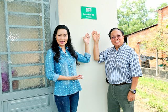 Giáo sư Hà Tôn Vinh cùng NSƯT Trịnh Kim Chi trao nhà tình thương - Ảnh 1