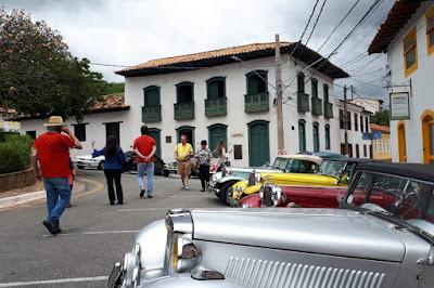 Construções do tempo do Brasil Colônia cercam os conversíveis da Lafer.