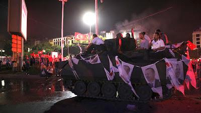 Partidarios del Gobierno turco sentados en un vehículo blindado decorado con retratos del presidente Erdogan en Ankara, Turquía, el 16 de de julio de 2016.Tumay BerkinReuters