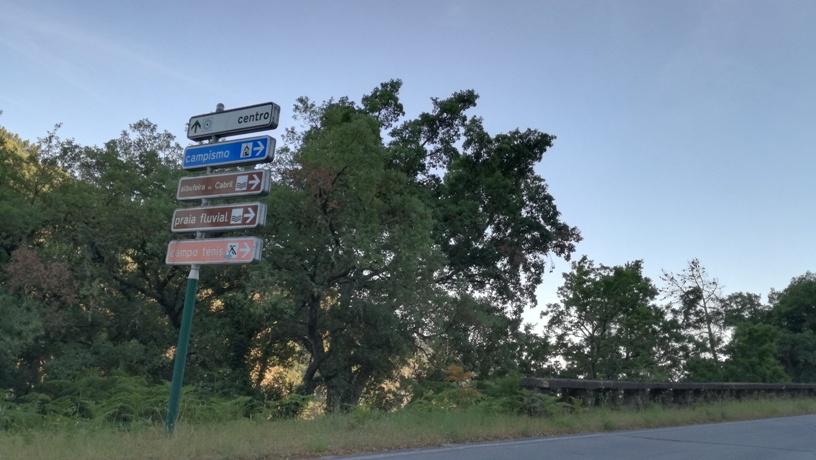 Placas indicativas da Barragem de Cabril e Parque de Campismo e Praia Fluvial do Cabril