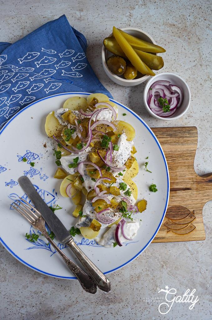 kawalki-ryby-z-ziemniakami-cebula