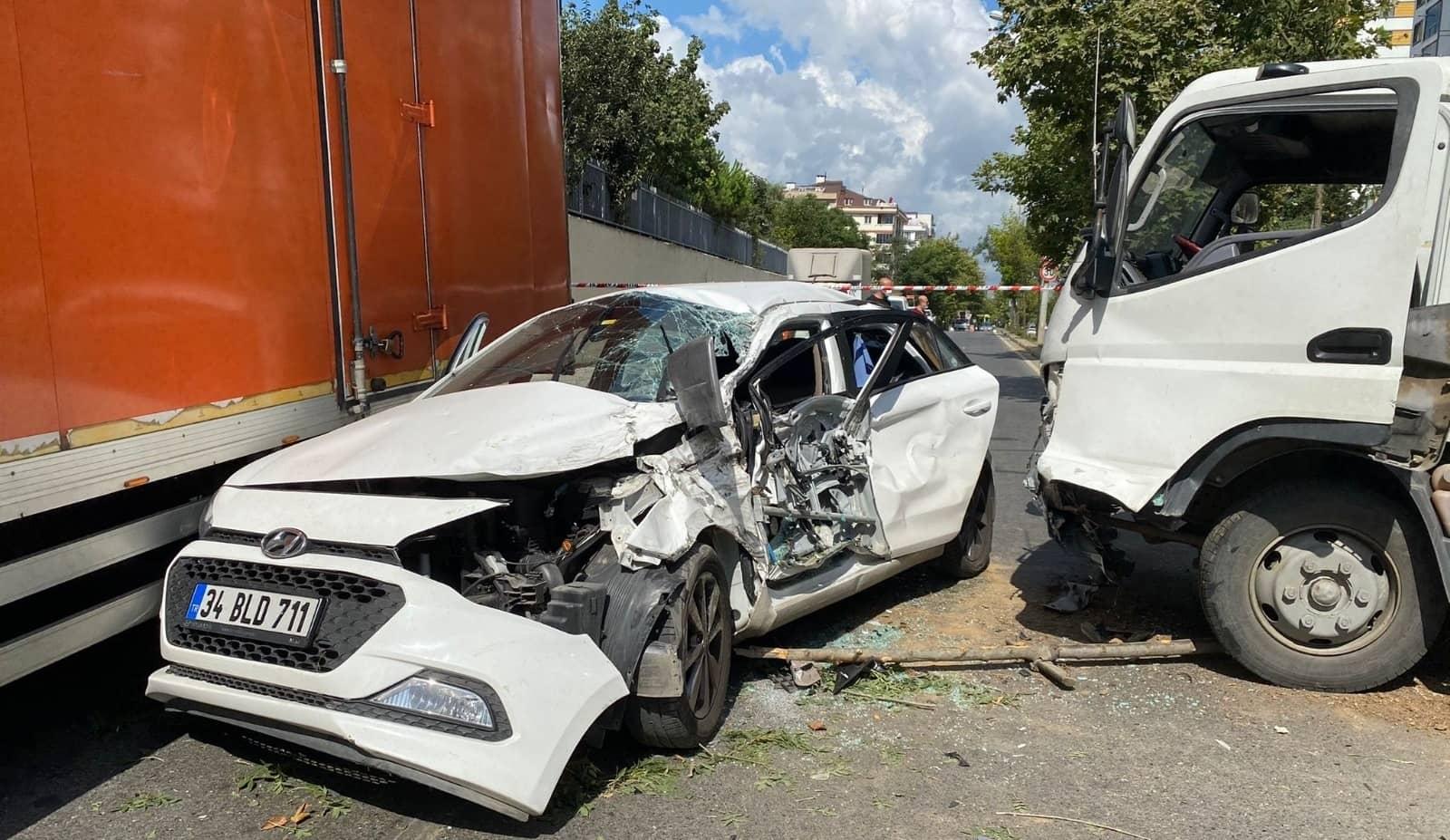 Refüjü aşıp otomobile girdi: 2 yaralı