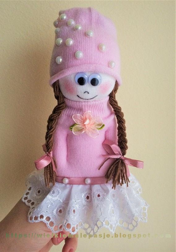 skarpetkowa lalka, lalka ze skarpetki, skarpetki, zabawki ze skarpetki, skarpetkowe zabawki, skarpetkowe wytwory, Calineczka,  mała lalka, papierowe kwiaty, kwiaty z papieru, skarpetki niemowlęce, sock doll, doll with socks, socks, toys with socks, socks toys, socks creations, Thumbelina, a small doll, paper flowers, paper flowers, baby socks, носовая кукла, кукла с носками, носки, игрушки с носками, игрушки для носков, носки, Дюймовочка, кукла, бумажные цветы, бумажные цветы, детские носки, calcetín, muñeca con calcetines, calcetines, juguetes con calcetines, calcetines juguetes, creaciones de calcetines, Thumbelina, una pequeña muñeca, flores de papel, flores de papel, calcetines para bebés, Sockenpuppe, Puppe mit Socken, Socken, Spielzeug mit Socken, Socken Spielzeug, Socken Kreationen, Däumelinchen, kleine Puppe, Papierblumen, Papierblumen, Babysocken, Spring, wiosna, kolorowe guziki, krokusy, wiosenne kwiaty, wiatr, wiatr we włosach