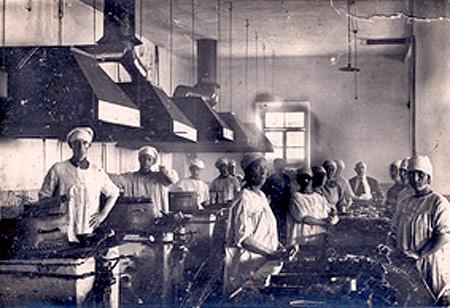 Один из цехов консервного завода в Керчи, 1930-е годы