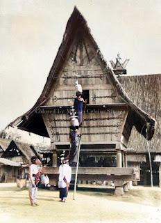 wanita dan pria yang sedang menyimpan beras di gudang lumbung
