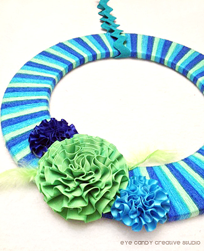 finished yarn wretah with flower embellishments, summer wreath idea, DIY